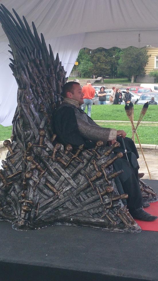 Друг случайник на трона